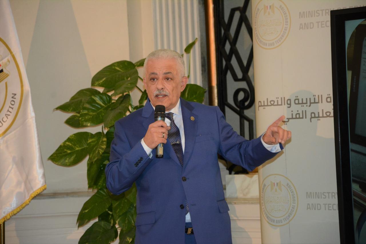 وزير التعليم أثناء المؤتمر الصحفي