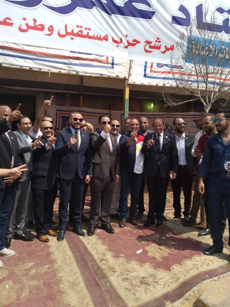 قيادات حزب مستقبل وطن ترفع إشارة برقم (1) أسفل دعاية المرشح عمرو القماطي