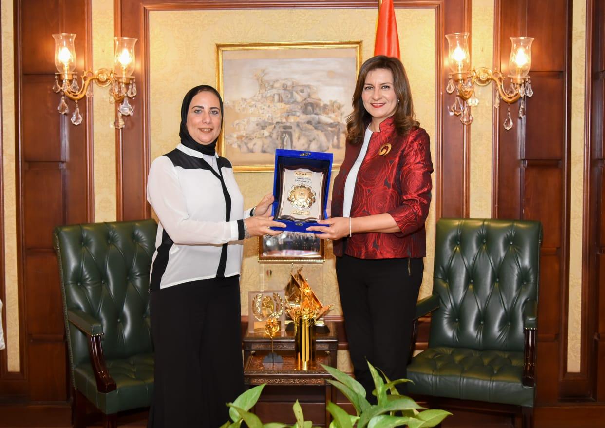 وزيرة الهجرة والنائبة مني الشبراوي