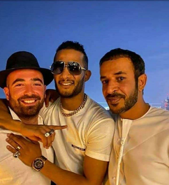 """التطبيع موضة العصر.. """"نمبر وان"""" محمد رمضان يحتضن مطرب إسرائيلي في دبي"""